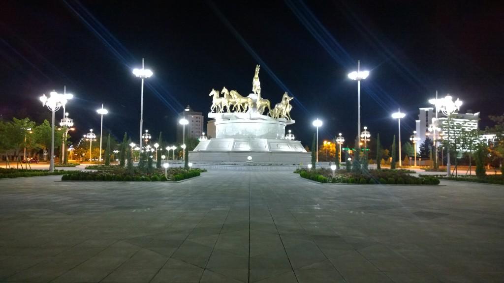 Statuie ecvestra - poza facuta pe ascuns noaptea